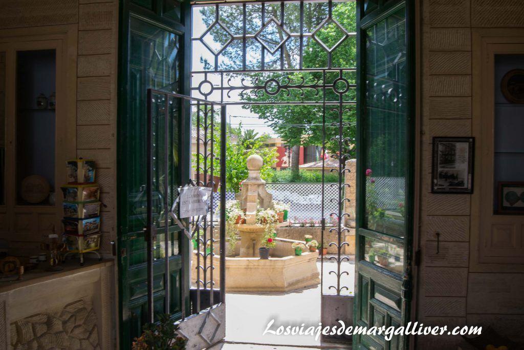 Patio de entrada a la casa de la piedra de Porcuna en Jaén - Los viajes de Margalliver